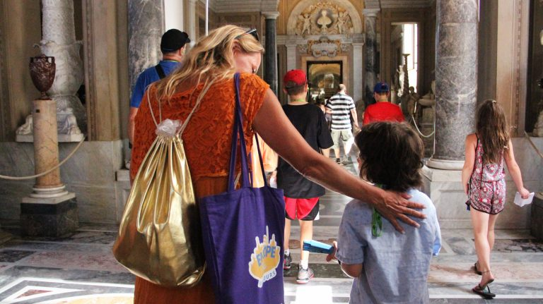 Tour guide during a tour for families in Vatican Museums. Book your tour with Rome for kids